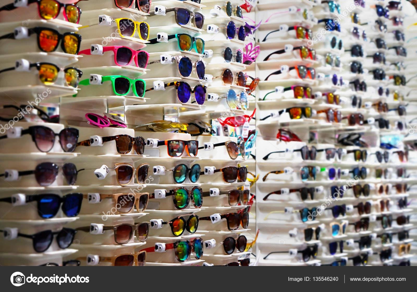 2bf035330d47b Coleção Óculos Sol Coloridos Carrinhos Loja — Fotografia de Stock