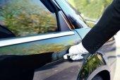Chauffeur öffnet Autotür