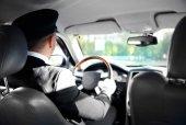 Chauffeur am Steuer eines Autos