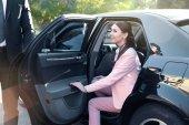 Geschäftsfrau im Luxusauto