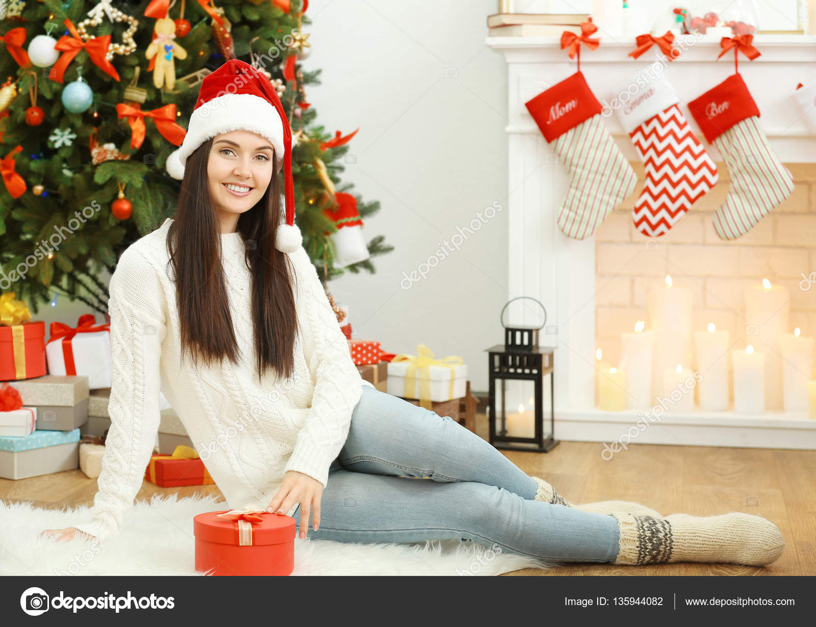 Schöne Junge Frau Sitzt Wohnzimmer Dekoriert Für Weihnachten ...