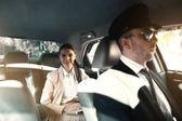 Geschäftsfrau fährt Auto