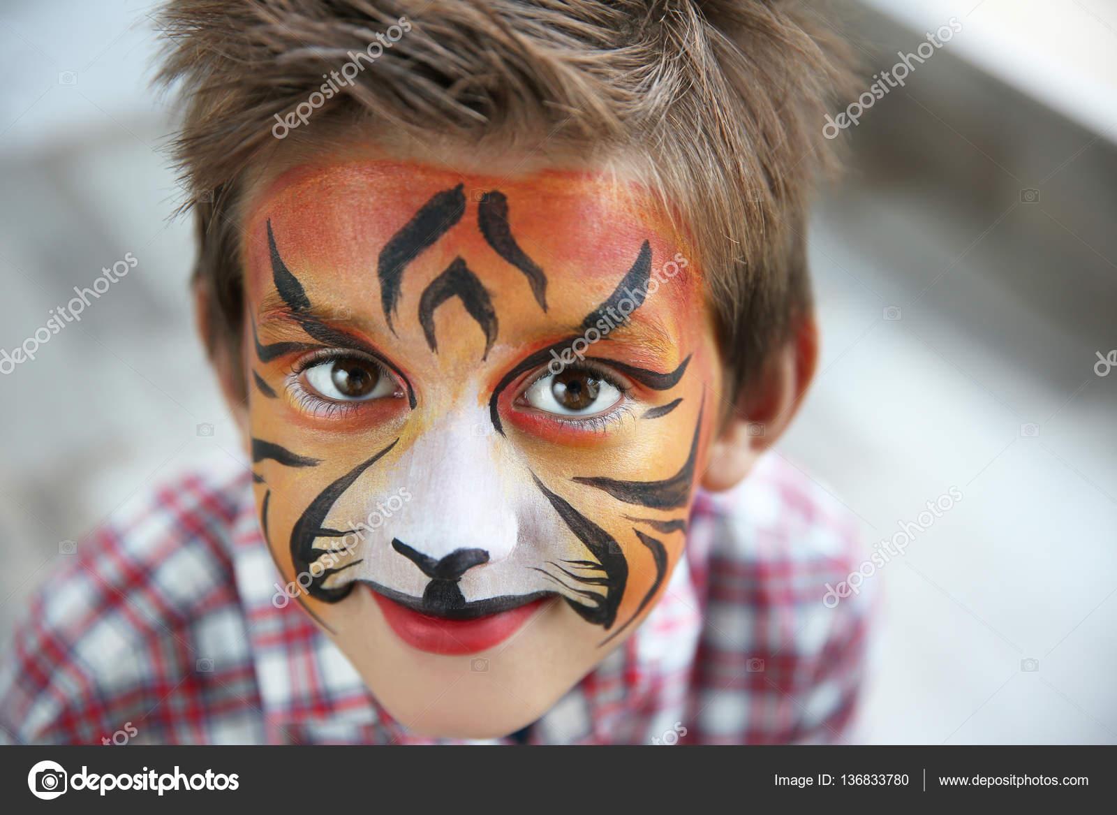 niedlichen kleinen jungen mit aqua make tiger fang stockfoto belchonock 136833780. Black Bedroom Furniture Sets. Home Design Ideas