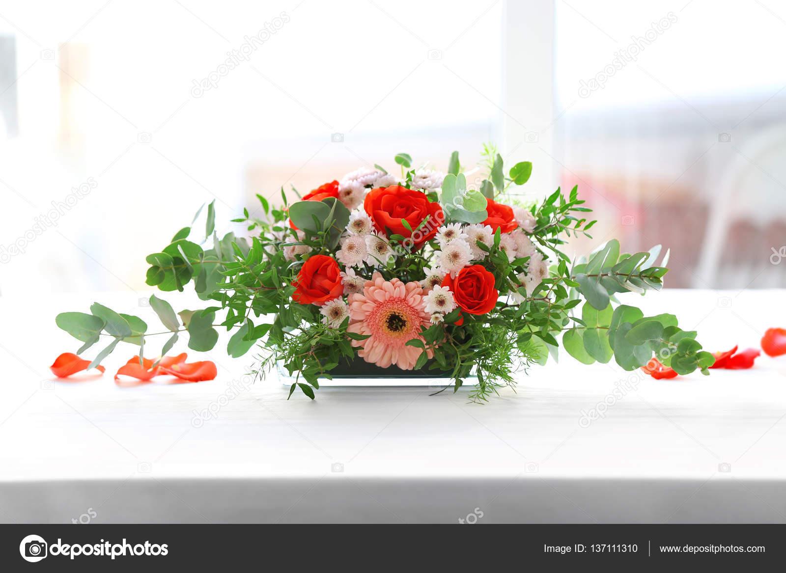 Arreglo Floral En Mesa Fotos De Stock Belchonock 137111310
