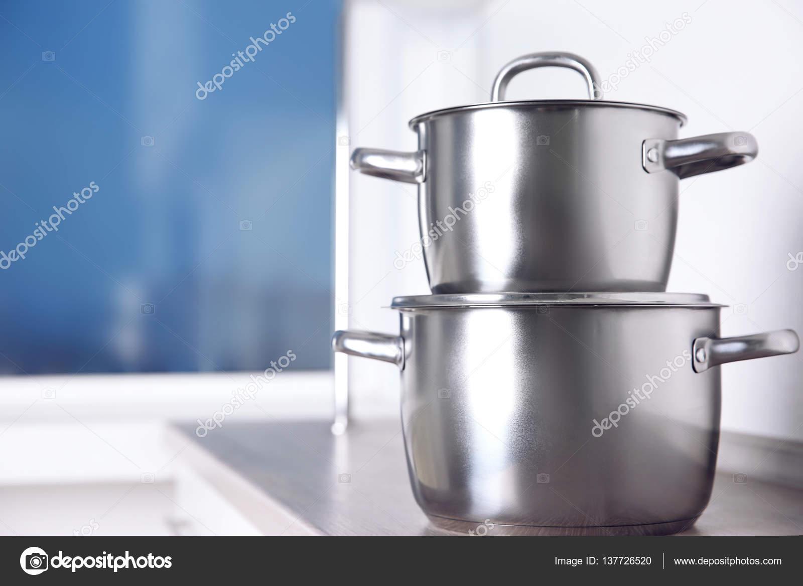 Ollas acero inoxidable en la mesa de la cocina — Foto de stock ...