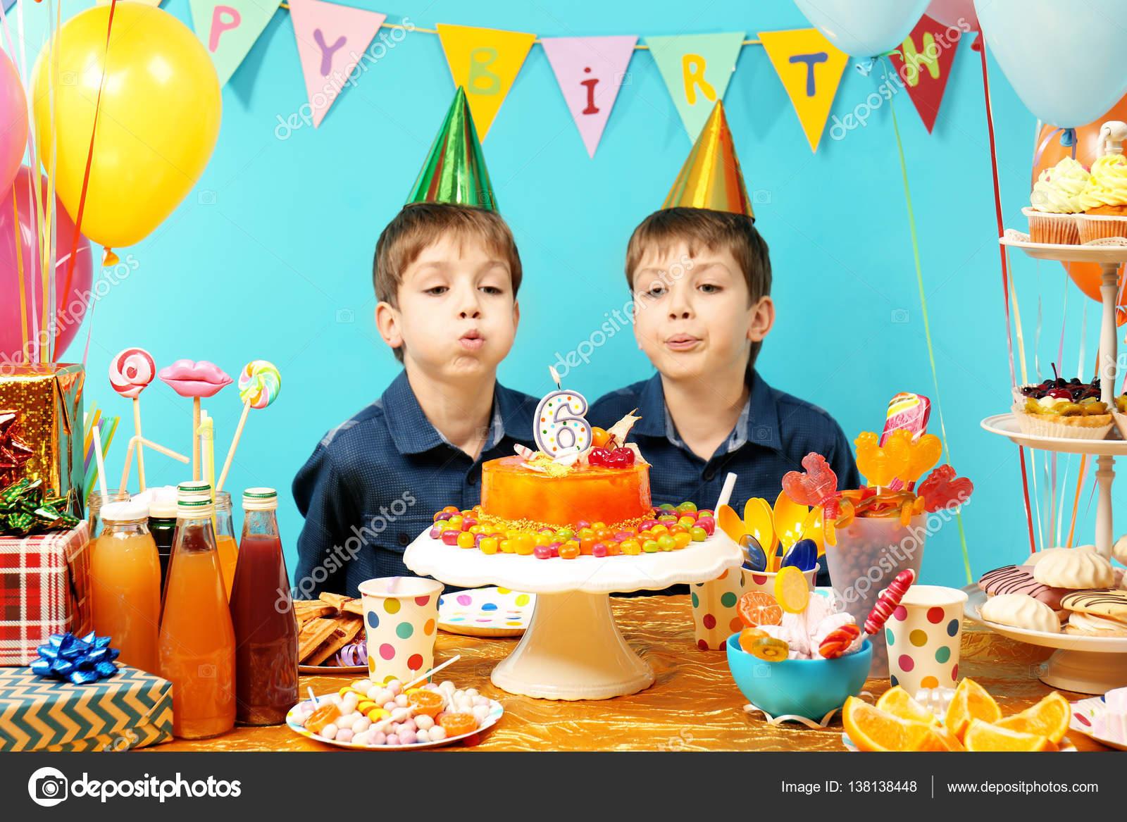 Zwillinge Feiern Geburtstag Stockfoto C Belchonock 138138448