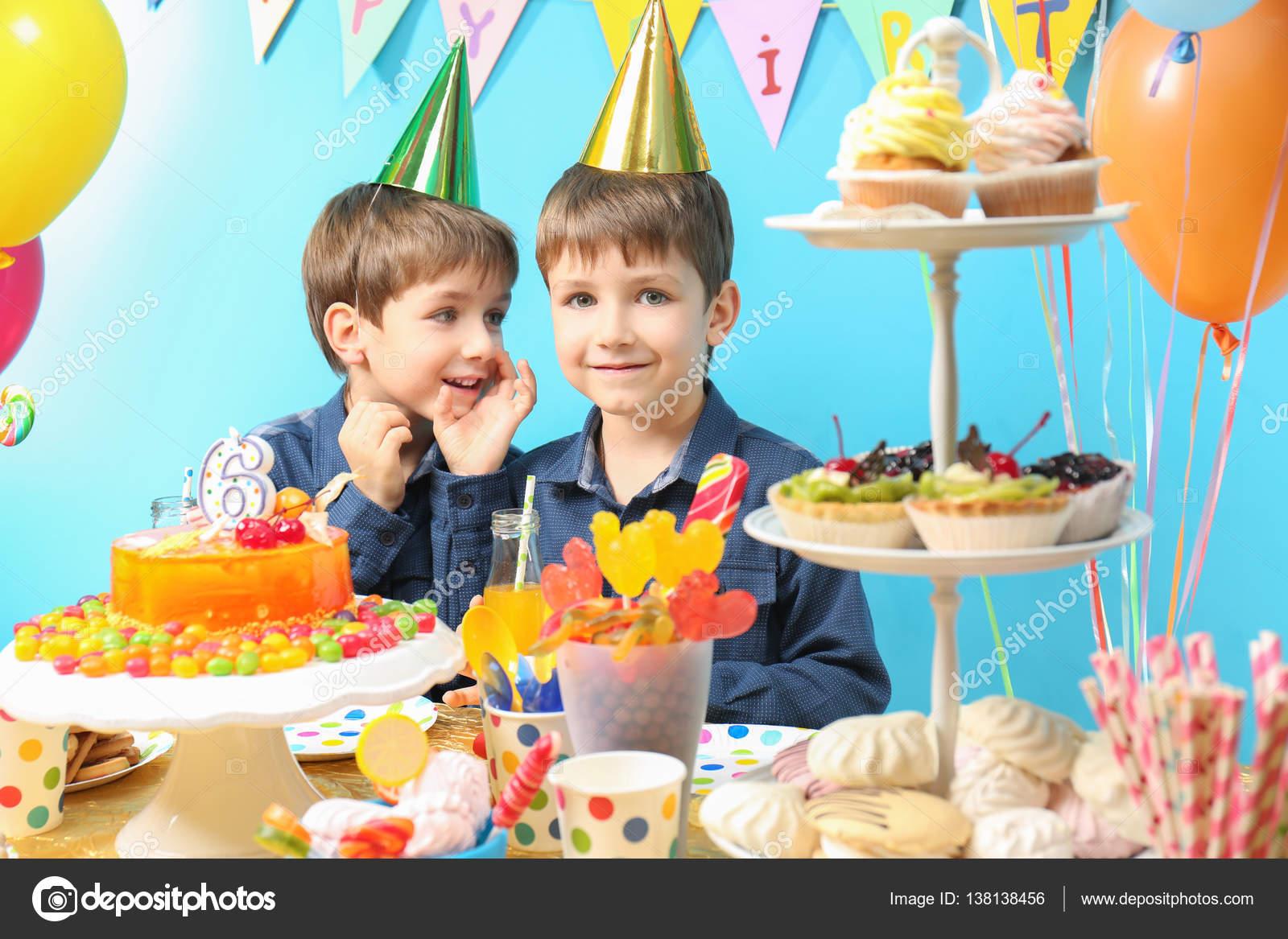 Zwillinge Feiern Geburtstag Stockfoto C Belchonock 138138456