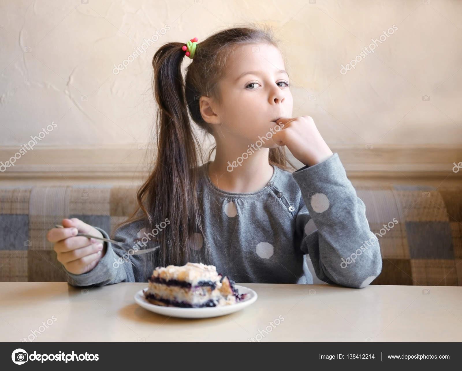 Niedliche Kleine Madchen Essen Kuchen Stockfoto C Belchonock
