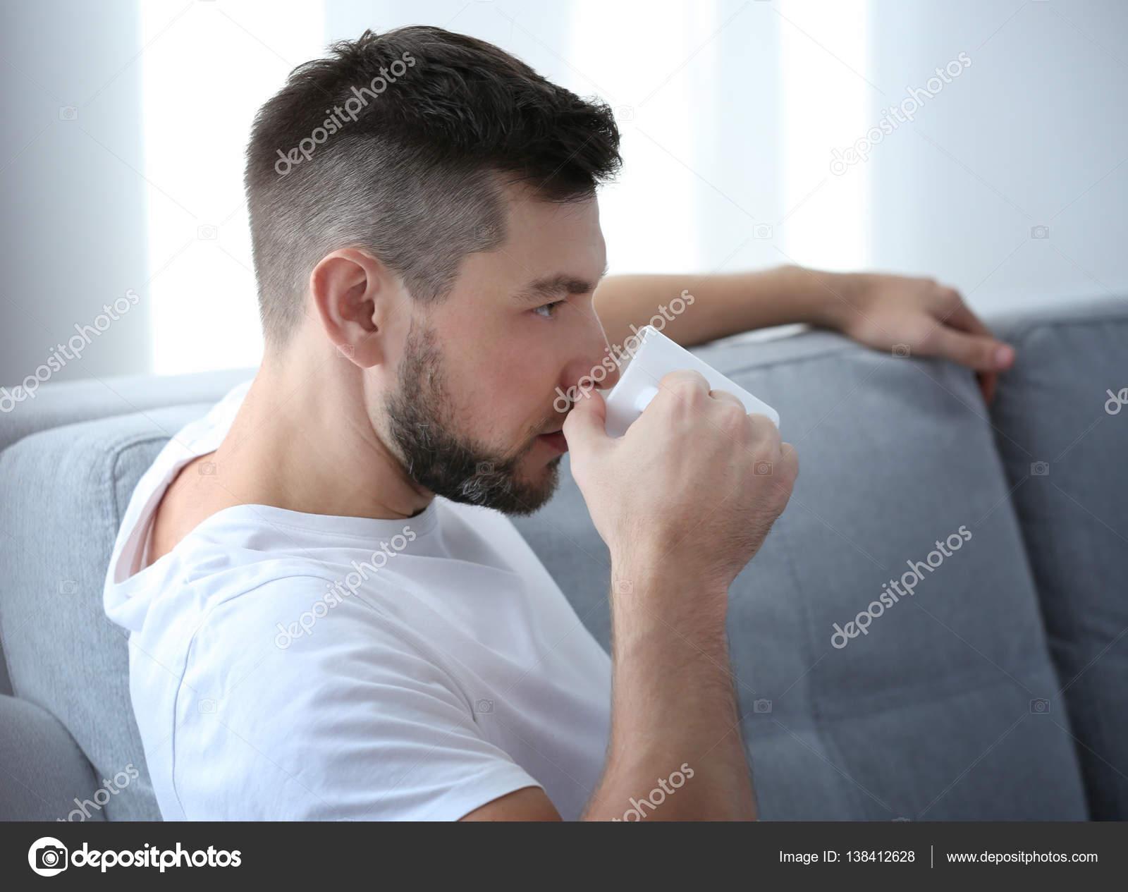 4f4a611d1 hombre tomando café — Foto de stock © belchonock #138412628