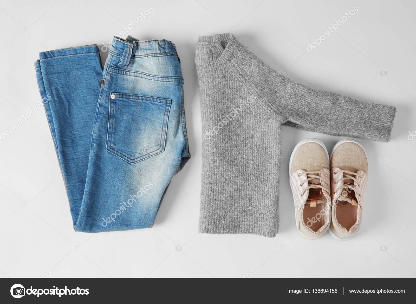 0c101f10307 Σετ ρούχα του μωρού που απομονώνονται σε λευκό. Έννοια της παιδικής μόδας —  Εικόνα από ...