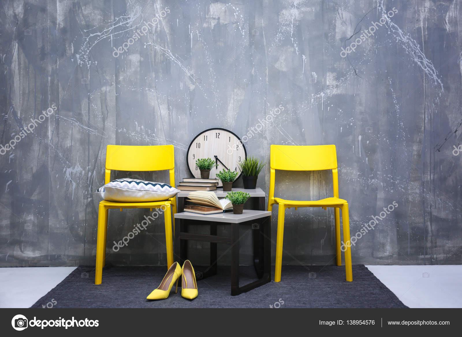 Modern interieur met gele stoelen u stockfoto belchonock
