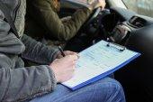Instruktor autoškoly dávat zkoušku