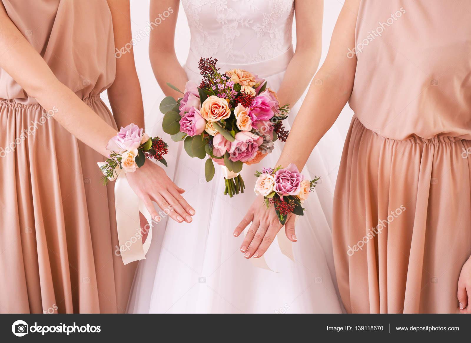 Novia con damas de honor y bouquet de bodas — Fotos de Stock ...