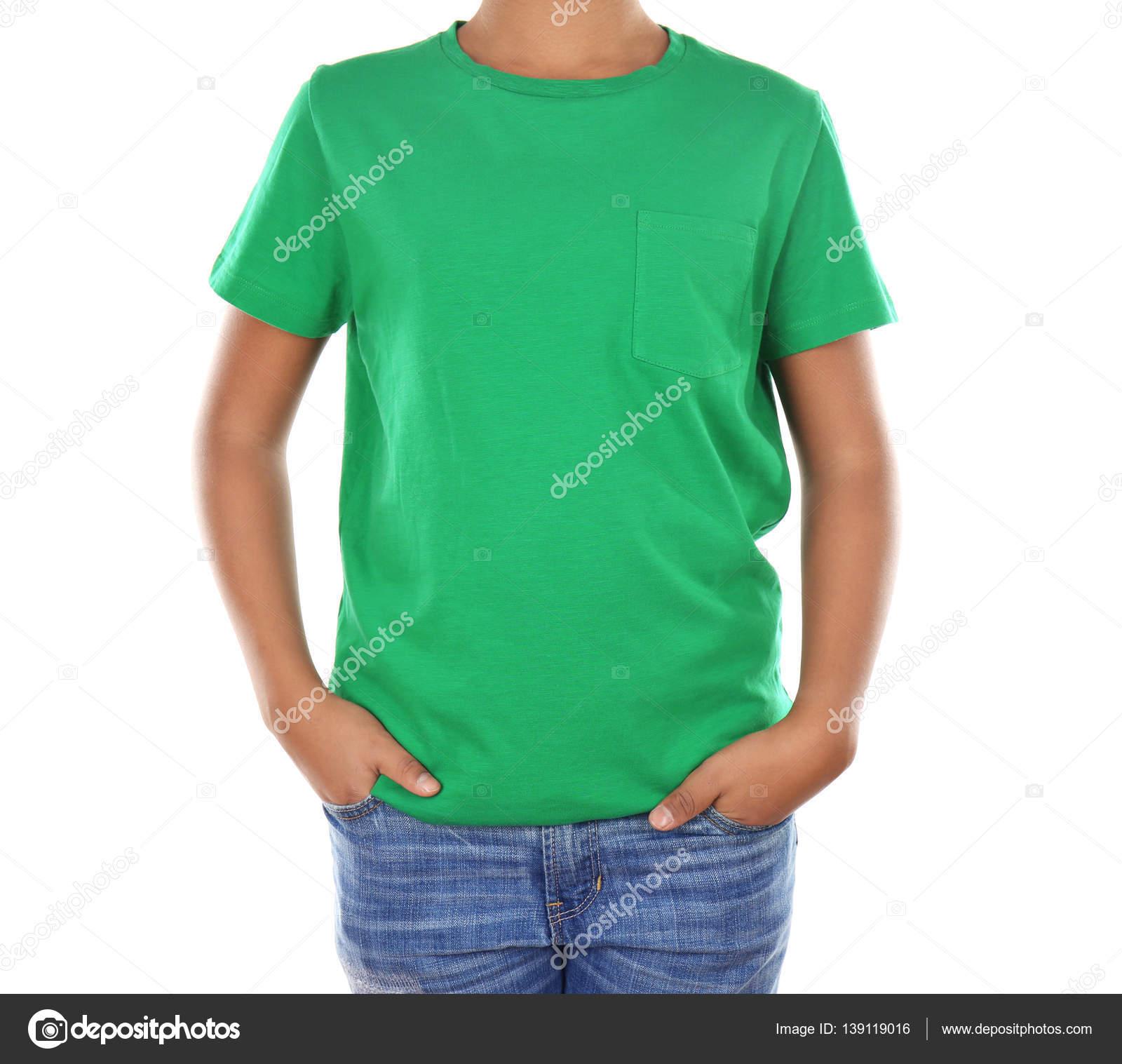 710c526e1751 Νέοι αφρικανική αμερικανική αγόρι στο κενό πράσινο μπλουζάκι στέκεται πάνω  σε λευκό φόντο — Εικόνα από belchonock