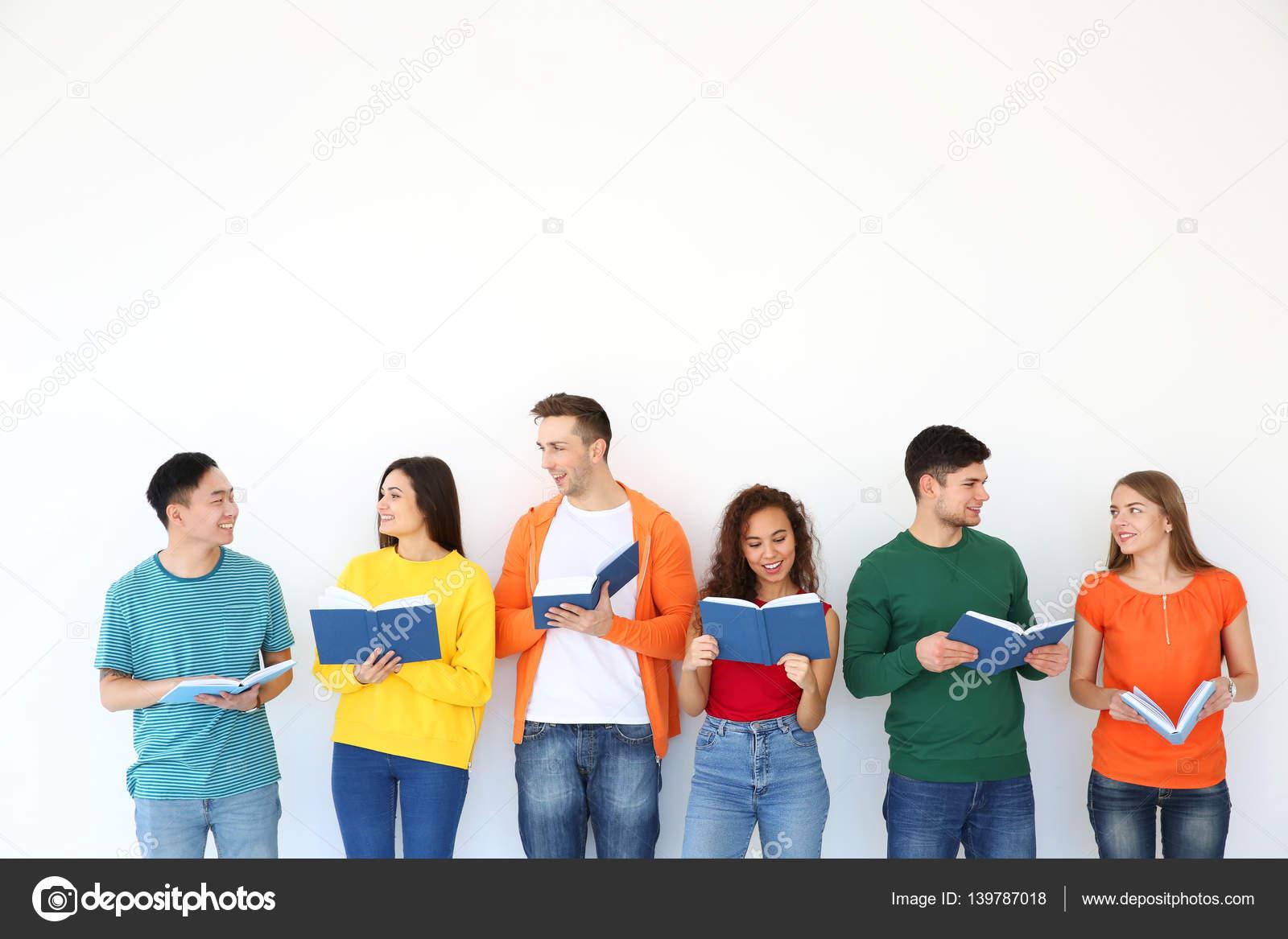 Grupo Personas Leyendo Libros Mientras Está Parado Junto