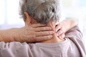 Donna anziana che soffre dal dolore al collo, closeup