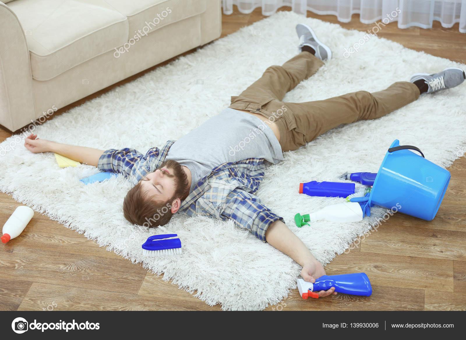 l homme fatigu de nettoyage de tapis photographie belchonock 139930006. Black Bedroom Furniture Sets. Home Design Ideas
