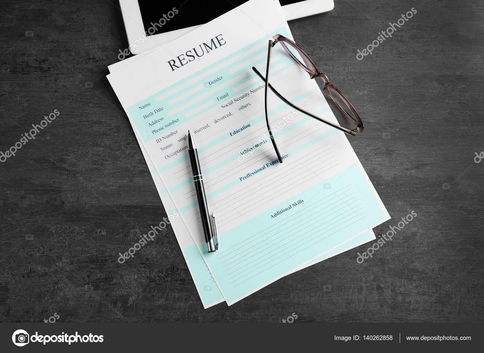 Curriculum vitae, anteojos y pluma — Foto de stock © belchonock ...