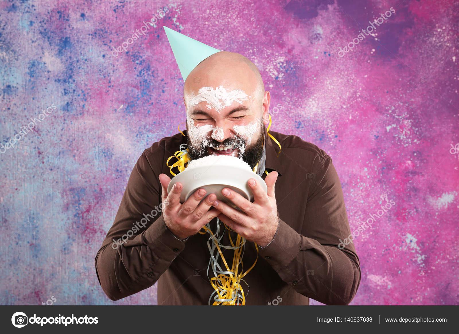 Uomo Grasso Divertente Mangia La Torta Di Compleanno E
