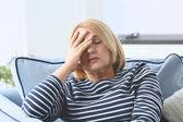 Senior donna soffre di mal di testa
