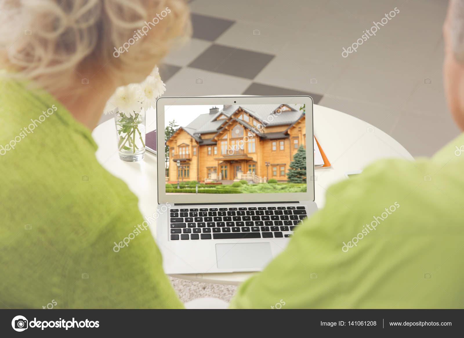 86bb386d3a20 Online Αγορές Έννοια Ανώτερος Ζευγάρι Ψάχνει Για Σπίτι Στον Δικτυακό — Φωτογραφία  Αρχείου