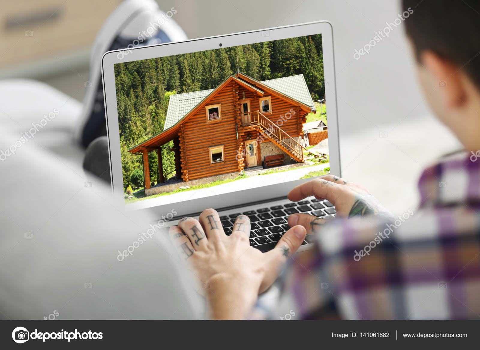 ec867d5c5 Conceito Compra Line Homem Procura Casa Site Mercado Imobiliário —  Fotografia de Stock