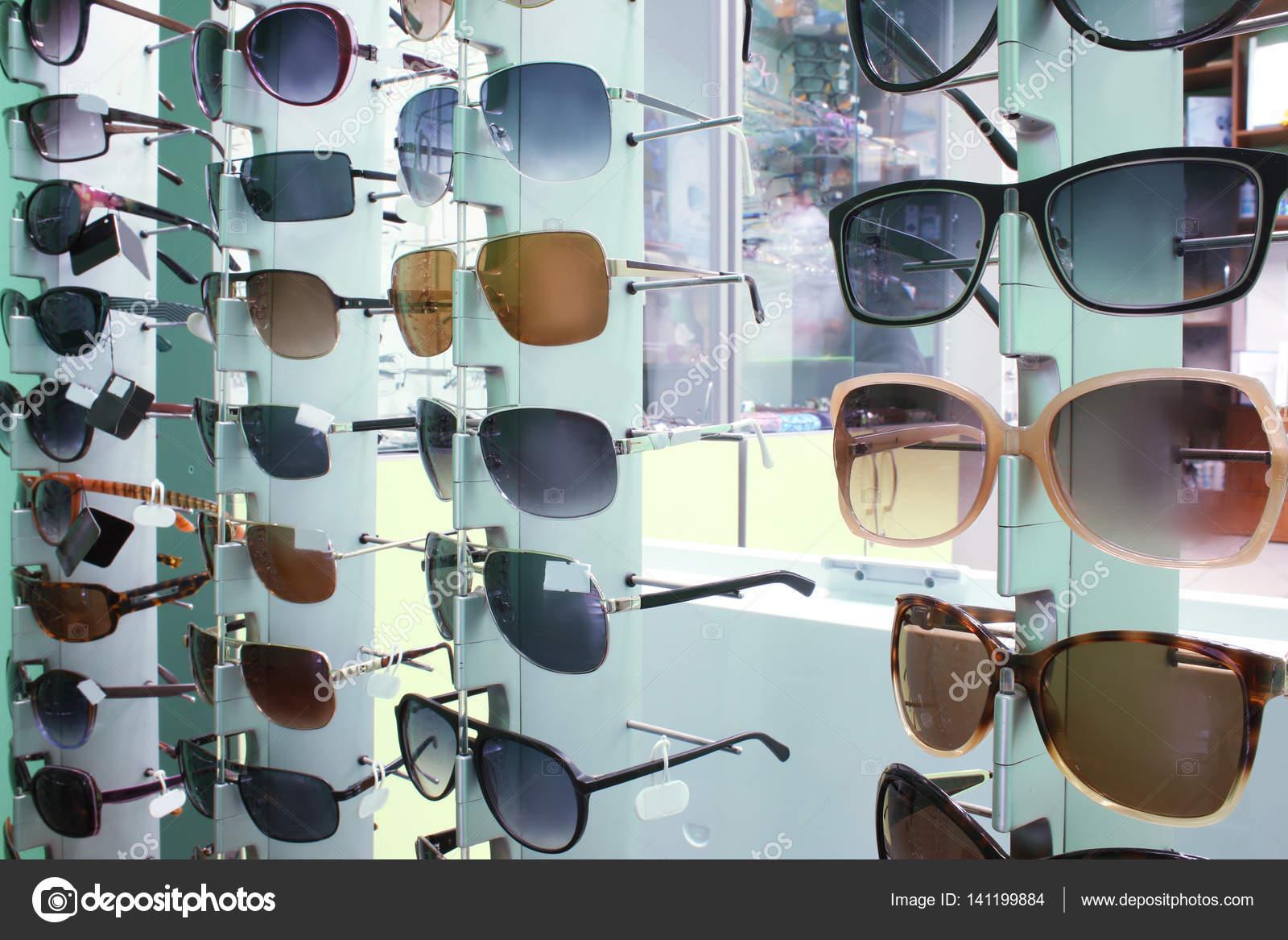 fa36e7f67d Βιτρίνα από διαφορετικά κομψά γυαλιά στο κατάστημα — Εικόνα από ...