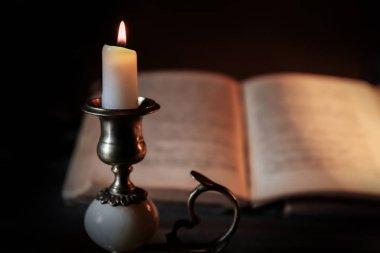 Yanan Mum ve İncil