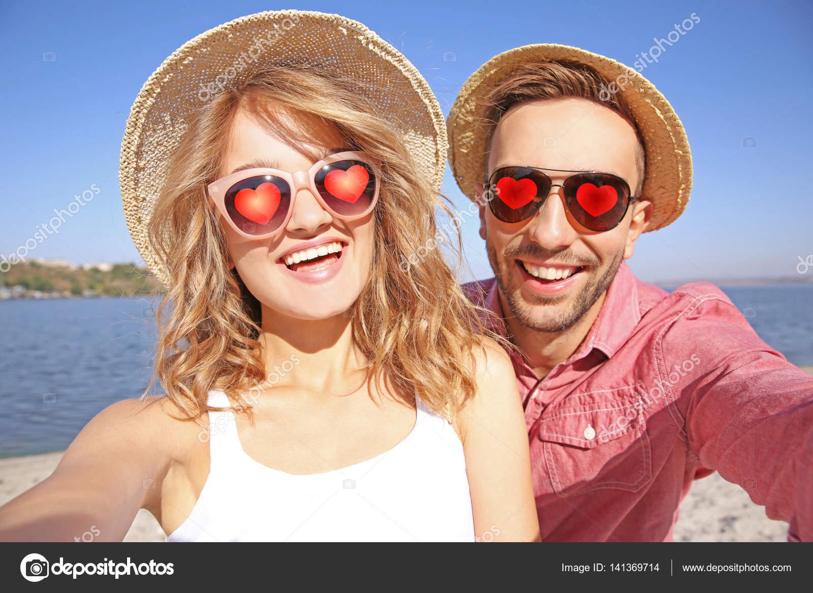 en la sur de beau Jeune couple coeurs soleil lunettes selfie prenant PwAqv6nEqz