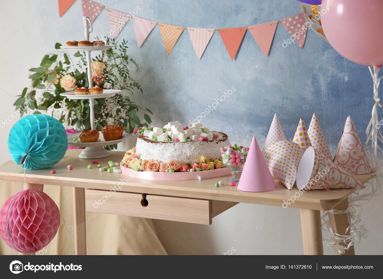Tabelle Zum Geburtstag Abendessen Im Wohnzimmer Serviert Stockfoto