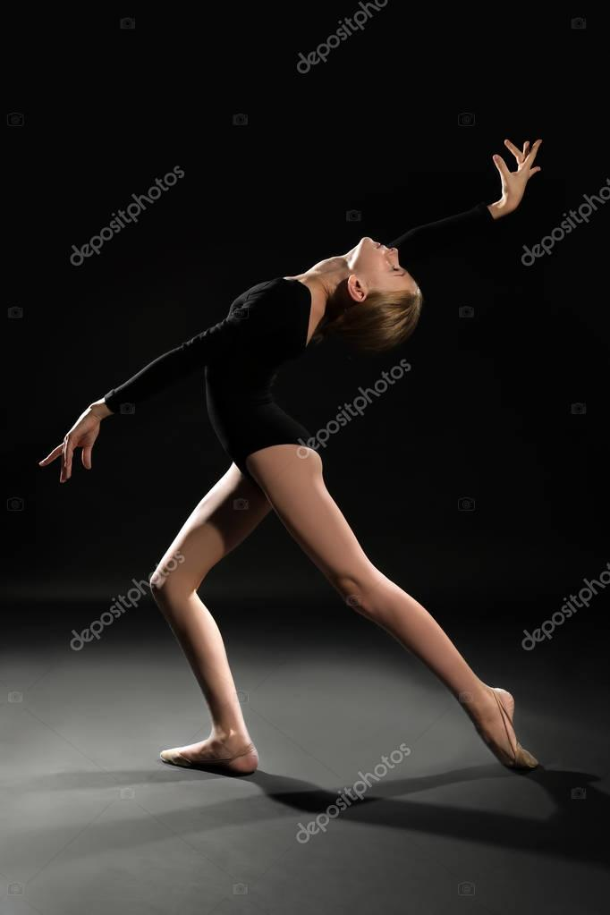 Junges Mädchen beim Turnen — Stockfoto © belchonock #145704785