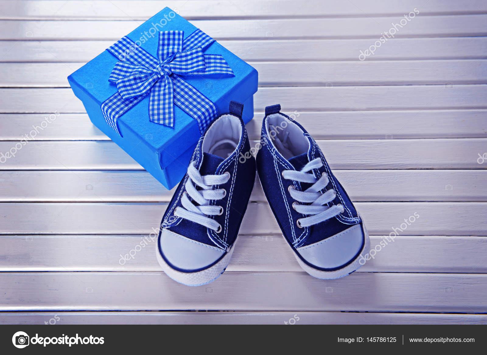 Nieuwe Kinderschoenen.Nieuwe Kinderschoenen Met De Doos Van De Gift Stockfoto