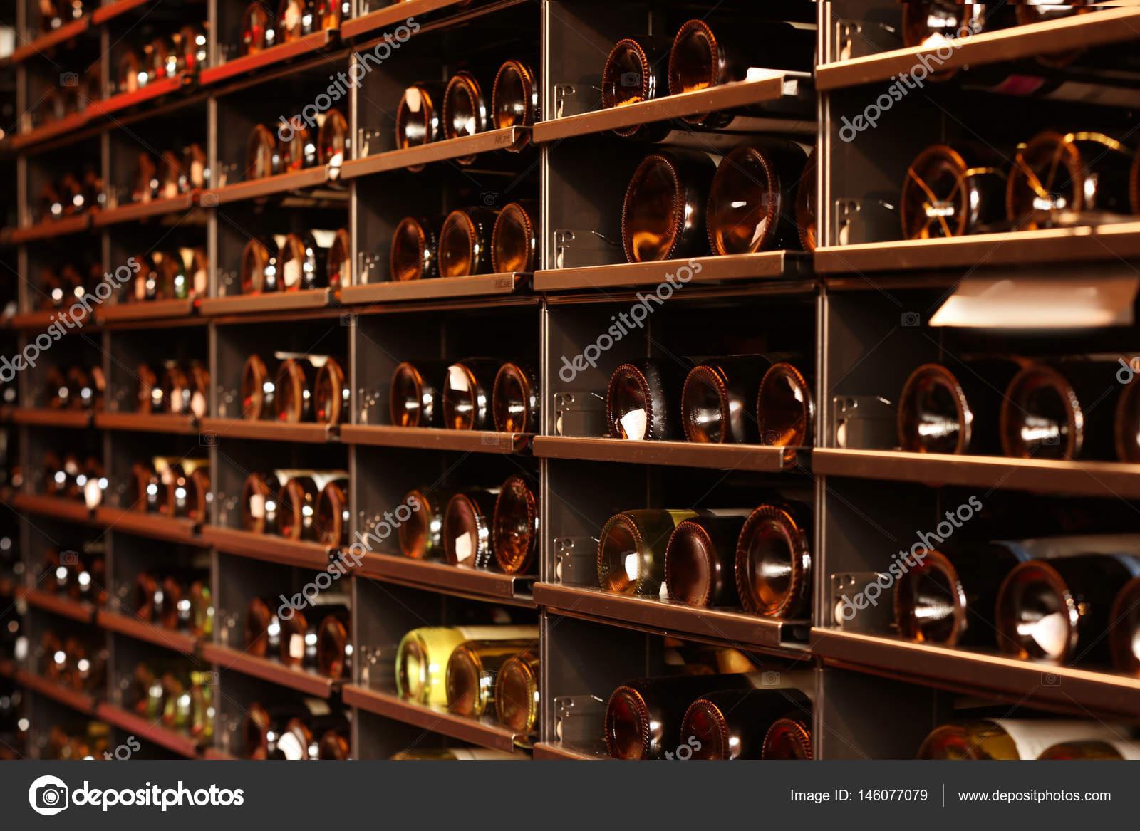Estanterías con botellas de vino — Foto de stock © belchonock #146077079