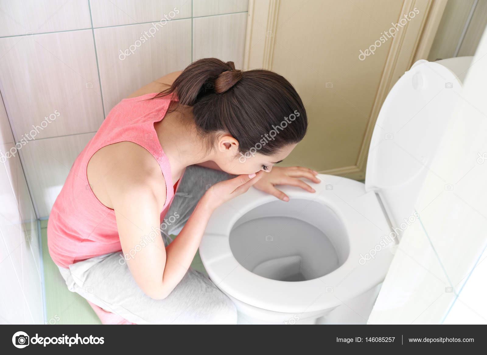 Пьяную ебут в туалет, Парни поимели пьяную тёлку в туалете клуба смотреть 23 фотография