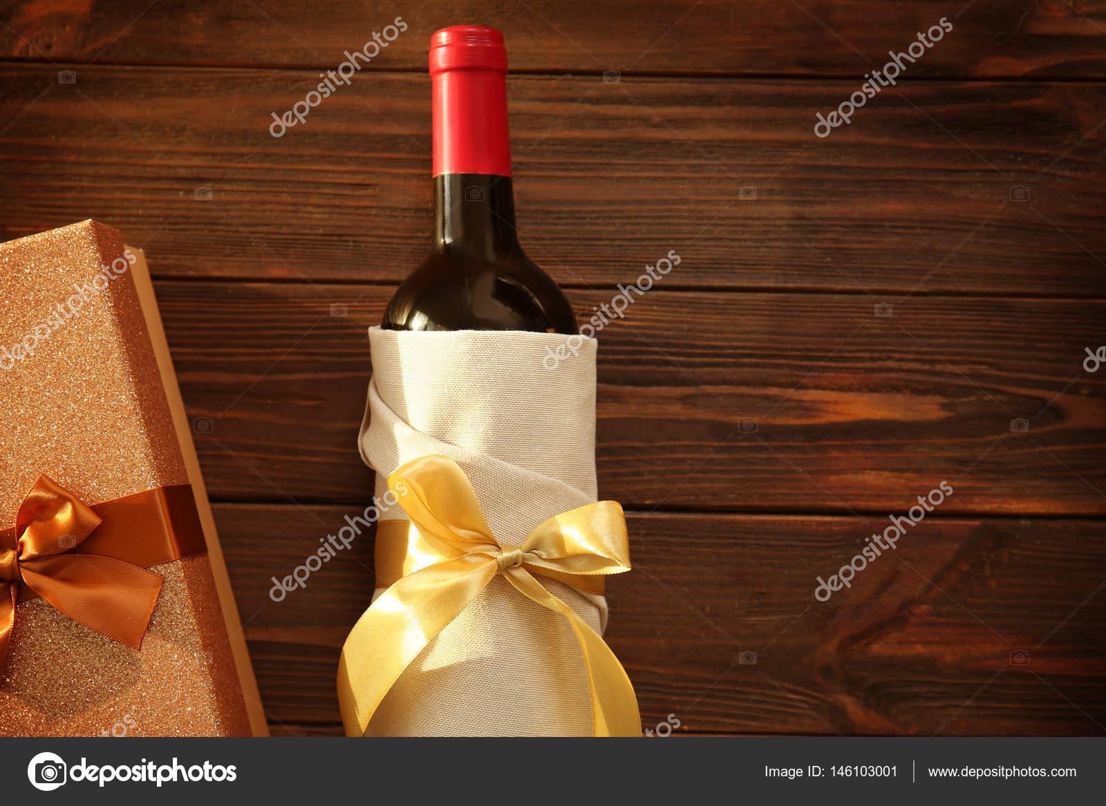 Dekorierte Wein Flasche Und Geschenk Box Stockfoto C Belchonock