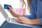 Žena, která dělá online nakupování doma
