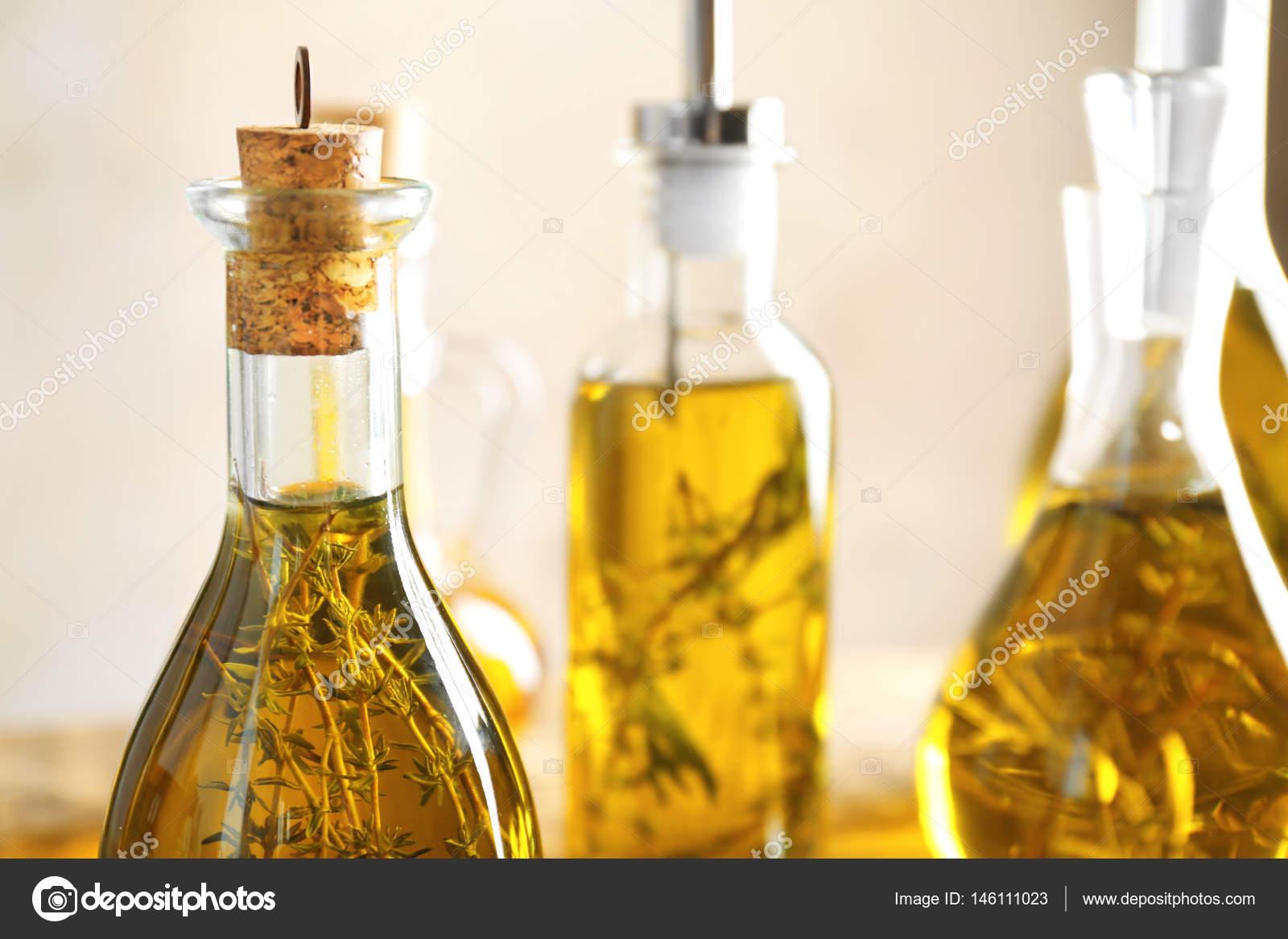 Flaschen mit Öl auf Tisch — Stockfoto © belchonock #146111023
