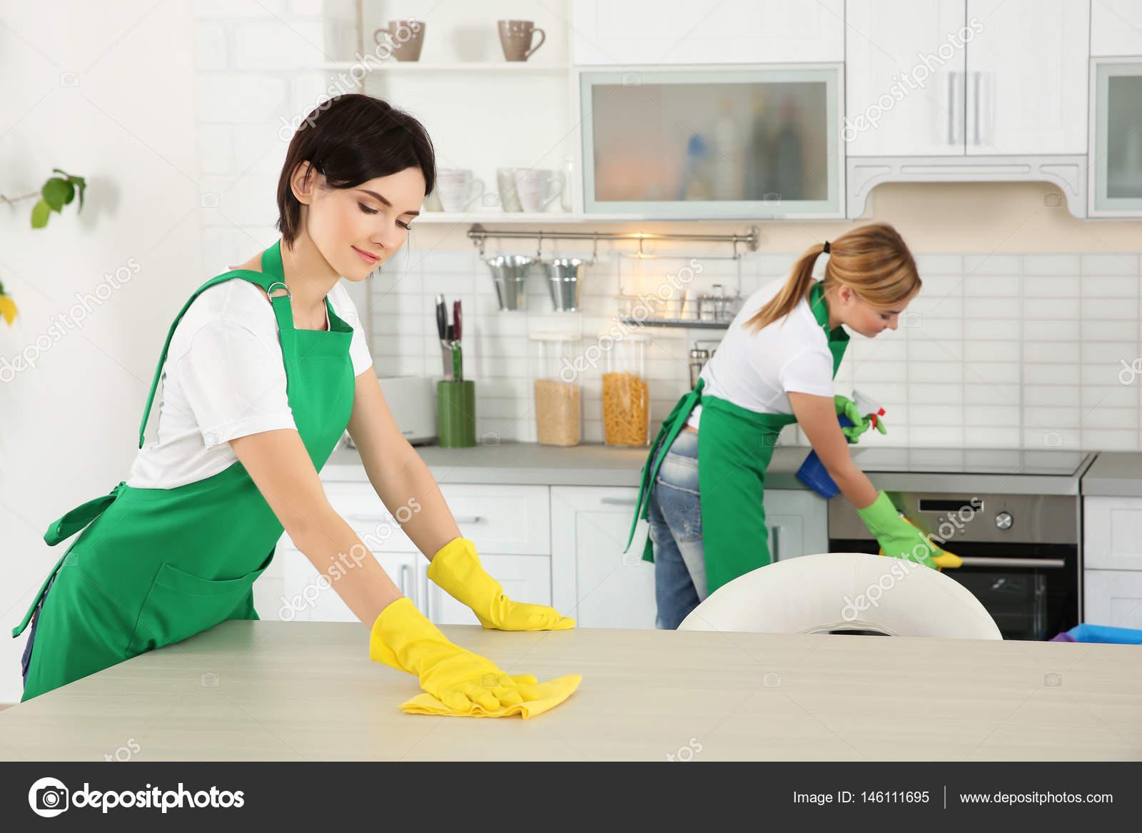 Housekeeping team reinigung k che stockfoto belchonock 146111695 - Pulizia cucina ristorante ...