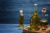 láhev s olivovým olejem a bylinkami