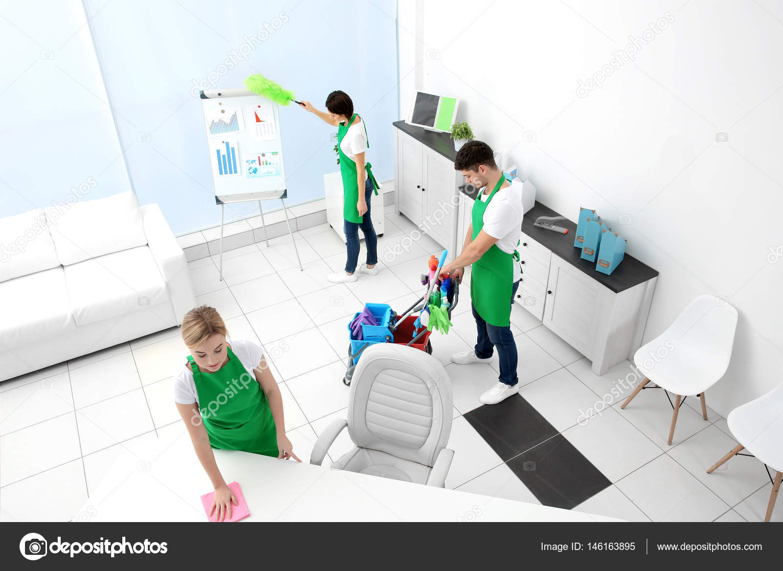 Équipe service nettoyage bureaux modernes u photographie