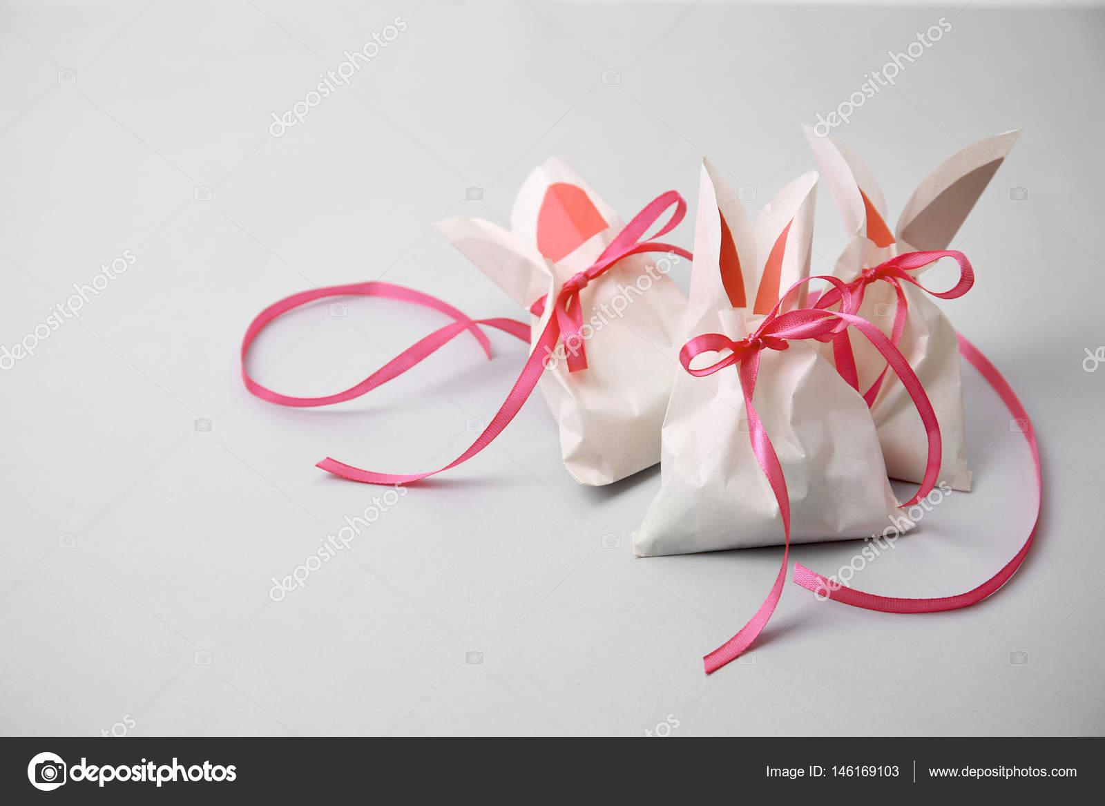 592a47c64 Bolsas de papel en forma de conejos de Pascua — Fotos de Stock ...