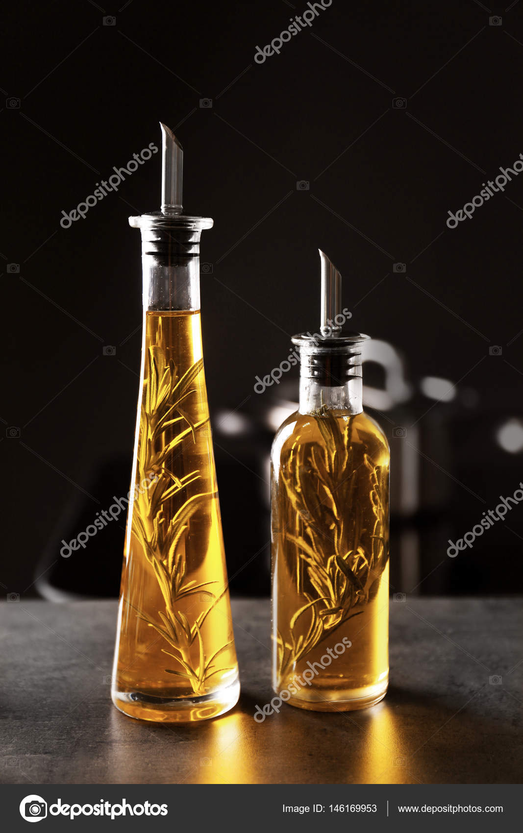 Flaschen mit Öl auf Tisch — Stockfoto © belchonock #146169953