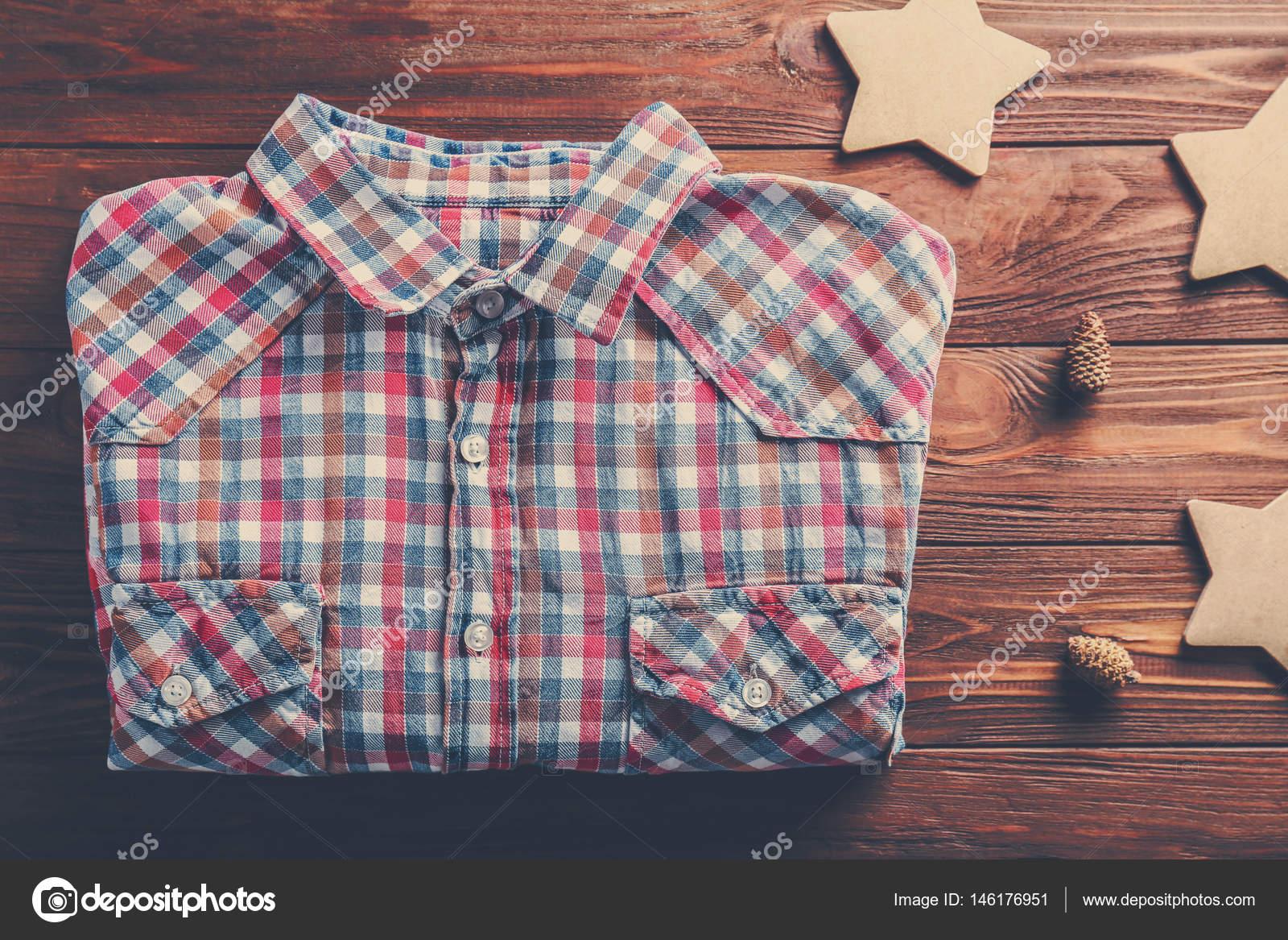 b658da6bba2 Košile a vánoční dekorace — Stock Fotografie © belchonock  146176951
