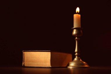 İncil ve yanan mum