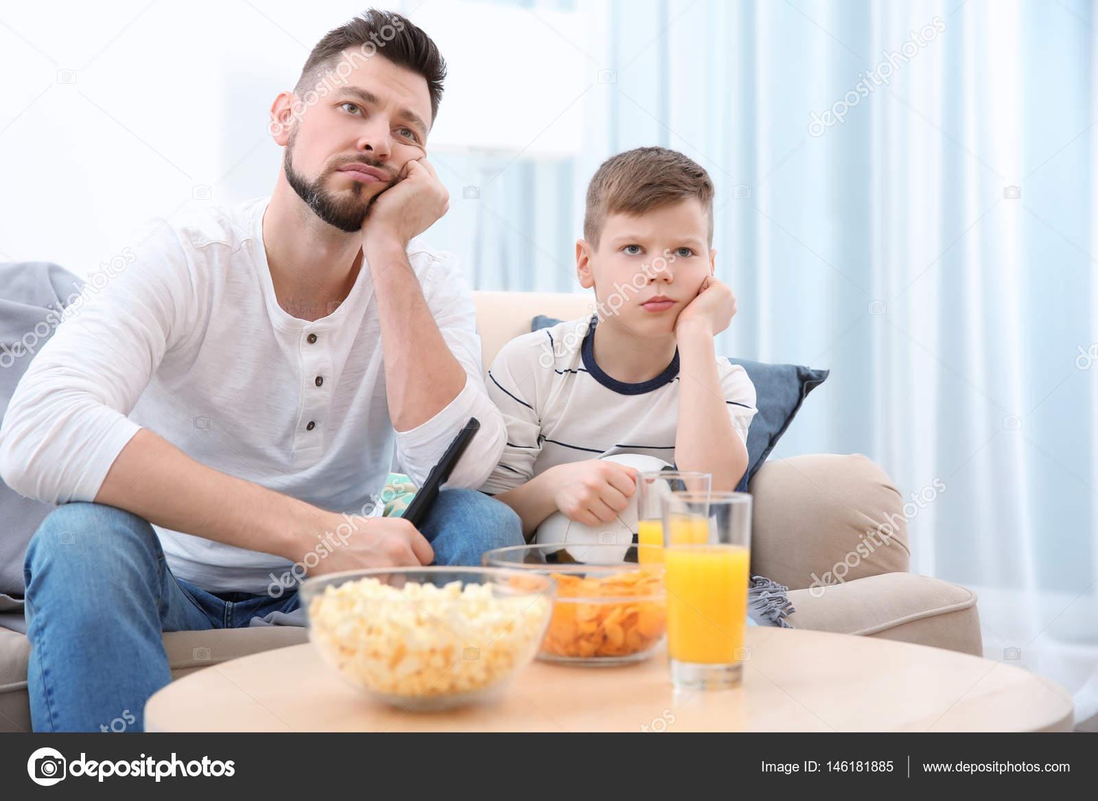 Padre E Hijo Viendo Fútbol En La Tv En Casa