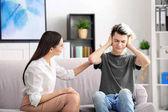 pszichológus a tinédzser fiú dolgozik