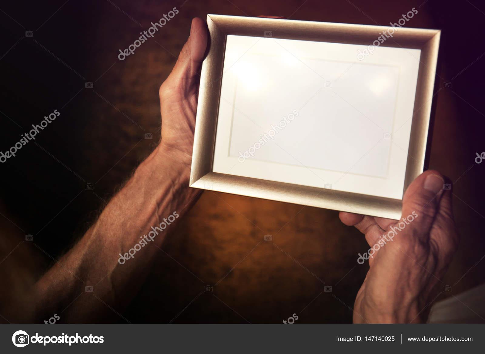 Alter Mann halten und schauen, Fotorahmen — Stockfoto © belchonock ...
