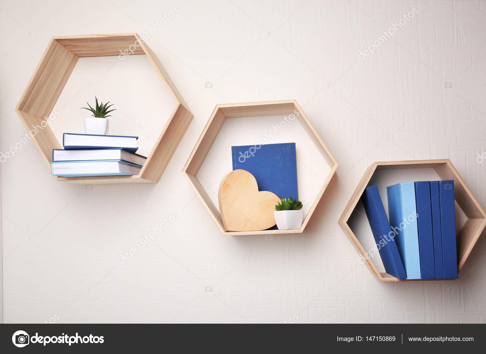 Diferentes livros nas prateleiras de madeira — Stock Photo