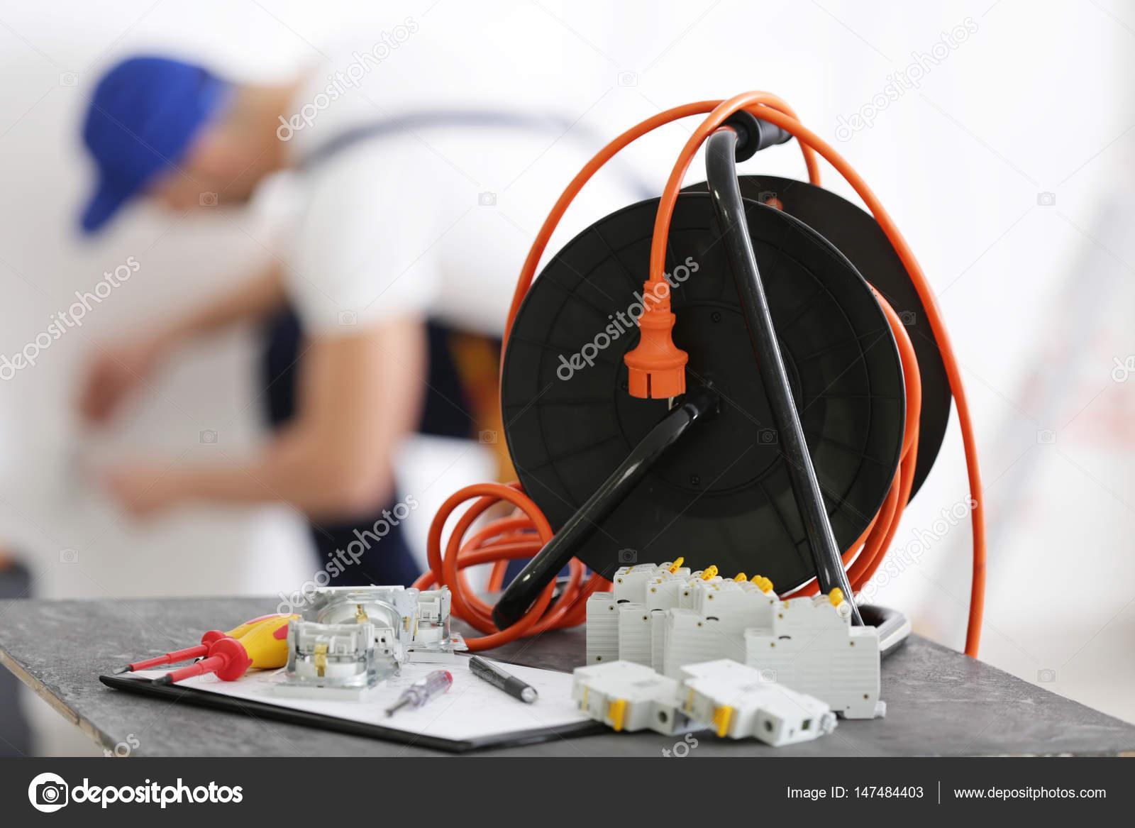 Banco Da Lavoro Per Elettricisti : Utensili per elettricisti e offuscata uomo u2014 foto stock © belchonock