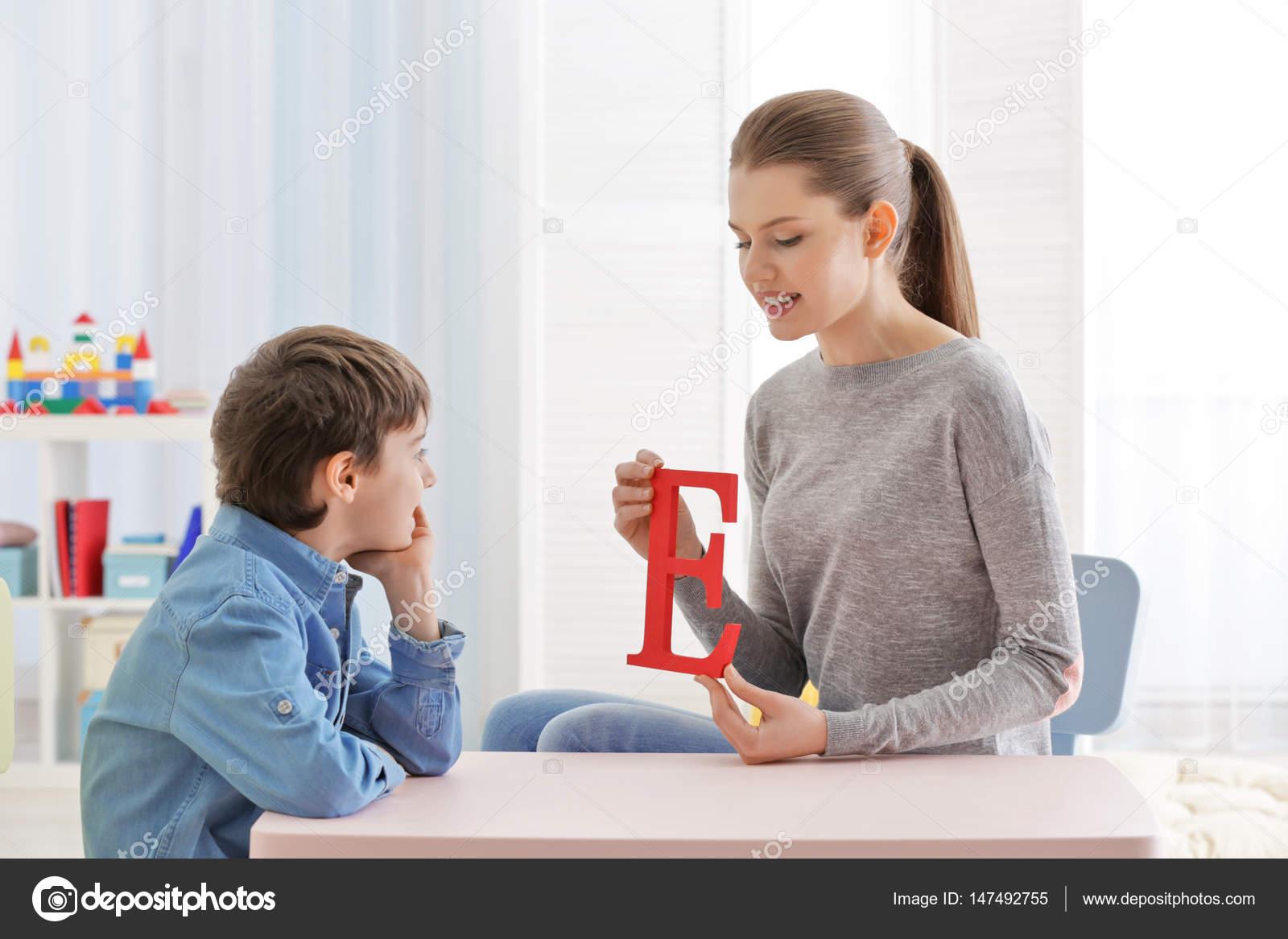 Kantoor Van Joint : Jongen op kantoor van de logopedist u stockfoto belchonock